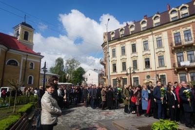 День пам'яті та примирення: чернівчани поклали квіти до пам'ятника Буковинському куреню