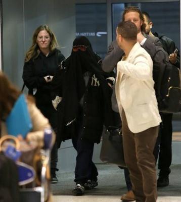 Мадонну змусили зняти паранджу в аеропорту Нью-Йорка