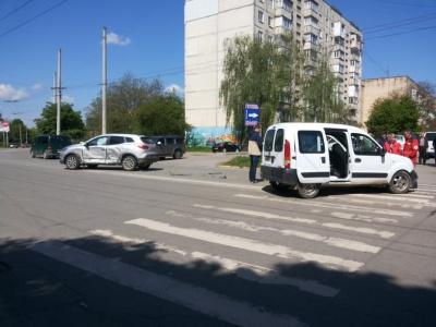 У Чернівцях зіткнулися два легковики, дітей забрала швидка - фото