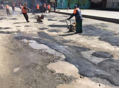 Асфальт у калюжі: буковинці показують, як ремонтують дороги