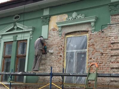 Розбивають ліпнину: у центрі Чернівців руйнують історичний будинок