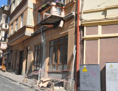 У центрі Чернівців з будинку обвалився балкон – фото