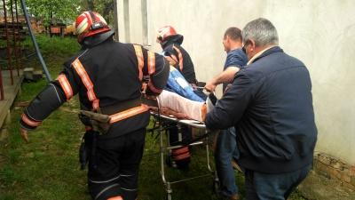 В ДСНС розповіли, як рятували буковинця, що провалився під землю – фото