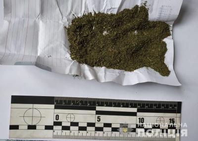 На Буковині заарештували чоловіка за зберігання наркотиків
