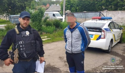На Буковині патрульні затримали двох грабіжників, які напали на чоловіка
