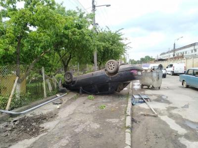 З'явилося відео моменту ДТП у Чернівцях з легковиком, що протаранив газову трубу