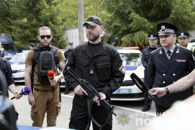 "Нацполіція переходить з автомата Калашнікова на пістолет-кулемет ""МР-5"""