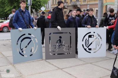 У центрі Чернівців на тротуарах з'явились нагадування для пішоходів - фото