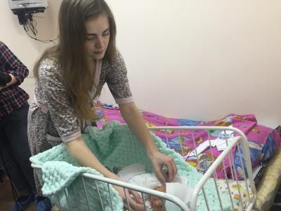 У Чернівцях у пологовому будинку новонародженим подарували вишиванки – фото