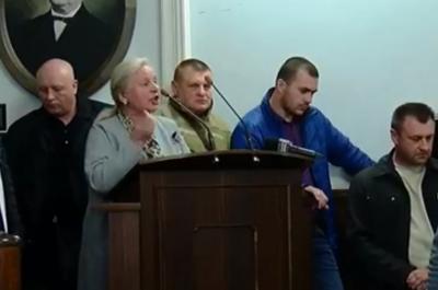 «Зніміть вишиванки і йдіть з цього залу»: волонтерка присоромила депутатів у Чернівцях