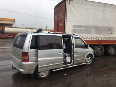 На Буковині мікроавтобус врізався у фуру – фото