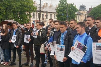 У Чернівцях на день вишиванки провели флешмоб, присвячений репресованим українцям