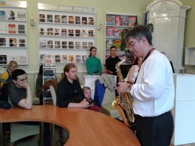 Американський дипломат зіграв у Чернівцях джаз на саксофоні – фото