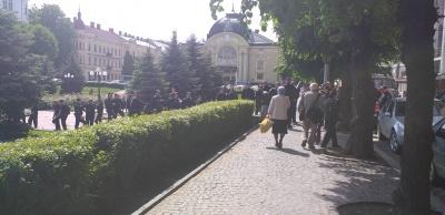 У Чернівцях поліція оточила Театральну площу через акцію ЛГБТ-спільноти – фото