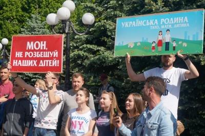 На акції ЛГБТ у центрі Чернівців перші сутички, застосували сльозогінний газ – фото