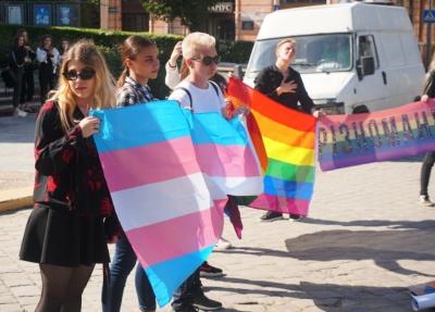 З'явилося відео сутичок поліції та противників ЛГБТ у центрі Чернівців
