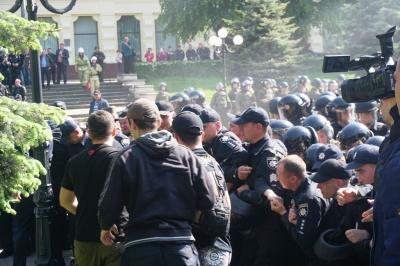 Появилось видео столкновений полиции и противников ЛГБТ в центре Черновцов