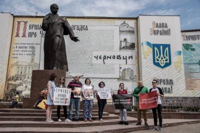 """У Чернівцях активісти приєдналися до Всеукраїнської акції """"Україна питає: хто замовив Катю Гандзюк?"""""""