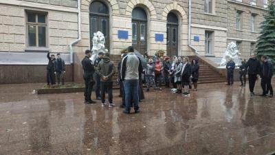 Церковний конфлікт на Буковині: віряни УПЦ МП заявили про цілодобове стояння під ОДА