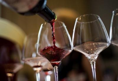 У британському ресторані клієнту випадково подали пляшку вина майже за $6 тисяч