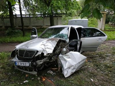 У Чернівцях водій Mercedes, втікаючи від поліції, врізався в дерево