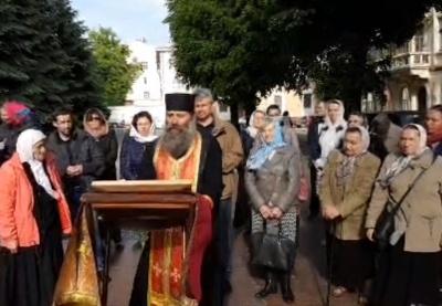Церковний скандал: у Чернівцях віряни УПЦ МП другу добу моляться під стінами ОДА