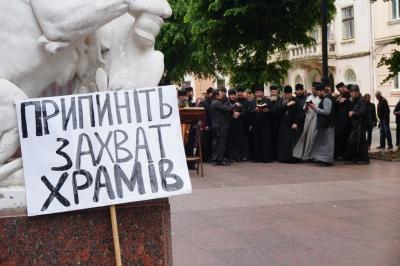 «Стройте свои храмы!»: О чем говорят верующие УПЦ МП под стенами Черновицкой ОГА - фото