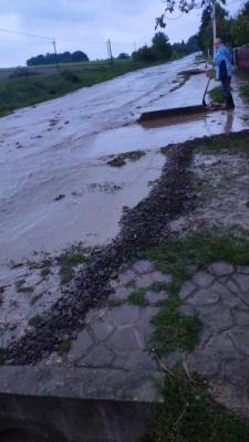 У Сторожинці злива підтопила дорогу, вулицею стікає річка – фото