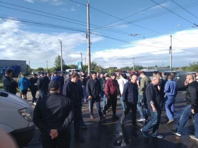У Чернівцях пікетувальники заблокували рух на вулиці Хотинській, вимагаючи її ремонту – фото