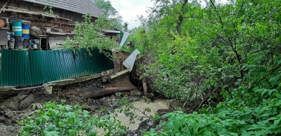 Негода на Буковині: у Красноїльську стався зсув грунту на приватному обійсті – фото