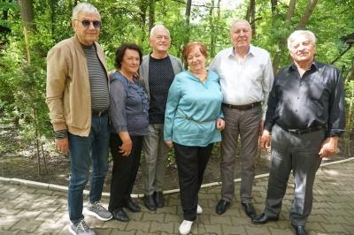 Батьки Яценюка відзначили 45-річчя політика з друзями за кавою у парку Чернівців (фото)
