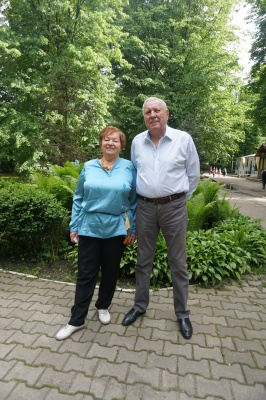 Батьки Яценюка відзначили 45-річчя політика з друзями за кавою у парку Чернівців
