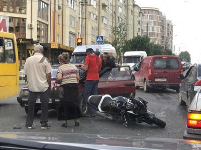 У Чернівцях легковик зіткнувся з мотоциклом, без постраждалих
