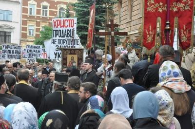Молитовне стояння під Чернівецькою ОДА: на захід прийшли понад 1000 вірян - фото