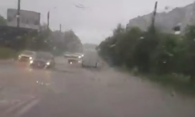 Сильна злива підтопила вулиці Чернівців – відео