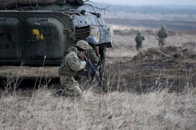 Війна на Донбасі: 17 обстрілів за добу, загинув український військовий