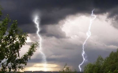 Гроза, шквали і град: синоптики оголосили штормове попередження по всій Україні