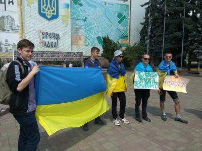 У центрі Чернівців активісти протестують проти кадрових рішень Зеленського - фото, відео