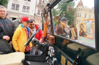 40-річні BMW та армійський Willys: як пройшов у Чернівцях перший фестиваль ретро-автомобілів – фото