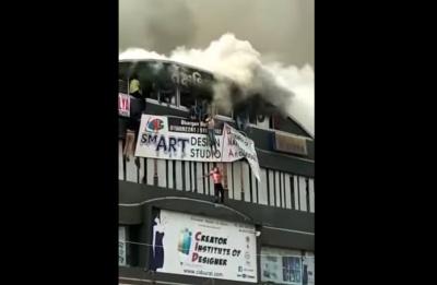 Стрибали з 4 поверху: в жахливій пожежі в ТЦ в Індії загинули 17 дітей - відео