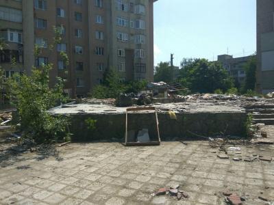 У Чернівцях на Комарова почали прибирати територію, де з'явиться громадський простір