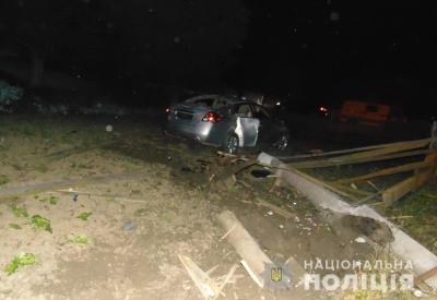 Вночі на Буковині молодик на Nissan врізався в електроопору, він у лікарні