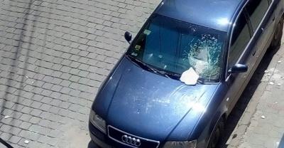 У центрі Чернівців шматок фасаду розбив лобове скло автівки – фото