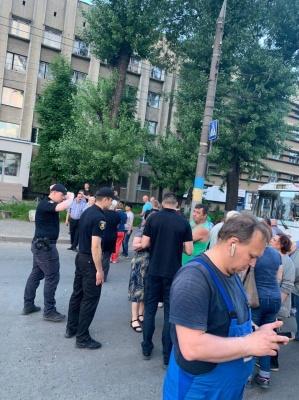 У Чернівцях біля друкарні група жителів перекрила рух транспорту на Головній
