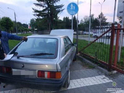У Чернівцях п'яний водій наїхав на дорожний знак на тротуарі – фото