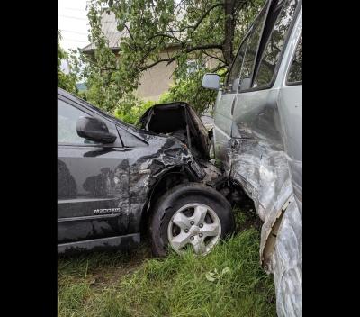 На виїзді з Чернівців позашляховик зіткнувся з бусом: одного з водіїв забрала швидка