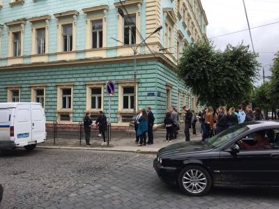 Масові «замінування» в Чернівцях: поліція проводить евакуацію людей – фото