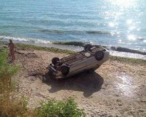 Авто зі схилу звалилось на пляж