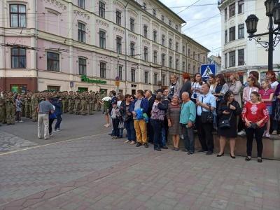 У центрі Чернівців прикордонники урочисто склали присягу на вірність народу України – фото