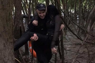 Як поліцейський рятував жінку, яка вистрибнула з мосту: з'явилося відео
